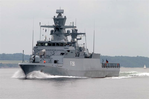 Tuyên bố của Hải quân Đức cho biết, vụ cháy xảy ra vào khoảng 20h ngày 17/9 và khiến chiếc tàu phải quay lại cảng. Ngay khi đám cháy bùng phát, các thủy thủ đoàn đã nhanh chóng kiểm soát tình hình và dập tắt nó. Tuy nhiên, do ảnh hưởng của khói từ đám cháy đã khiến 10 người bị thương ở mức độ khác nhau và được đưa đi viện.