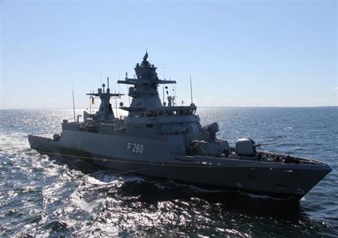 Ngay sua quyết định mua sắm của Đức, tờ Suddeutsche Zeitung cho rằng, động thái này được xem như một thông điệp của nước này gửi tới Nga khi tình hình Baltic liên tục nóng lên do hoạt động của Nga và NATO. Các nguyên tắc cơ bản của việc triển khai các tàu chiến Đức theo chiến lược của NATO được chia thành hai phần.