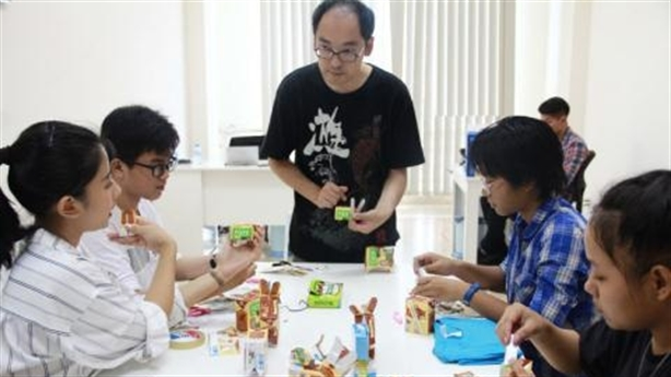 Nghệ nhân gấp giấy Nhật hướng dẫn trẻ Việt làm đồ chơi