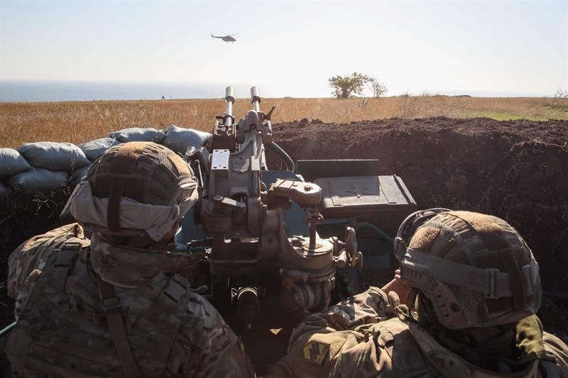 Cuộc tập trận được Quân đội Ukraine tiến hành từ hồi cuối tháng 9/2018 nhưng đến nay chúng mới được công bố. Trong ảnh: Các binh sĩ Trung đoàn Azov đang chú ý quan sát một trực thăng Mi-8 phía sau một hệ thống pháo phòng không ZU-23 trong cuộc tập trận ven biển gần Urzuf.