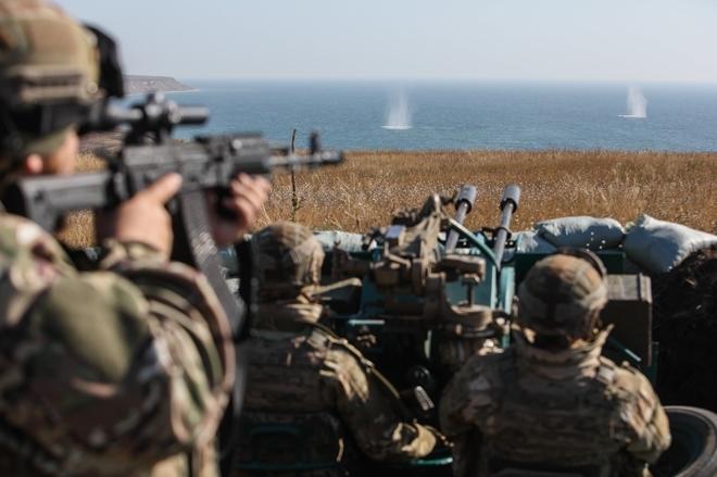 Tham gia tập trận có  các máy bay chiến đấu, ném bom và vận tải của Không quân cũng như lực lượng tên lửa chống máy bay, tác chiến điện tử và trinh sát trên không của Bộ binh tham gia. Trong ảnh: Các binh sĩ Trung đoàn Azov quan sát đạn pháo rơi xuống mặt nước trong cuộc tập trận quy mô lớn trên bờ Biển Azov gần thị trần Urzuf.