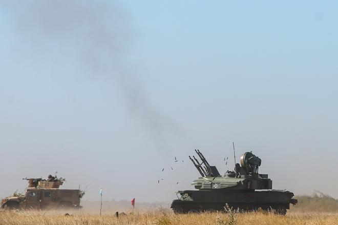 Hệ thống pháo tự hành chống máy bay Shilka nhả đạn trong cuộc tập trận ven bờ Biển Azov gần thị trấn Urzuf.