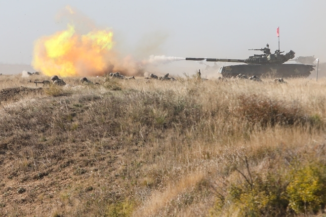 Xe tăng lội nước thuộc Hải quân đánh bộ Ukraine khai hỏa trong tập trận gần bờ biển Azov gần thị trấn Urzuf.