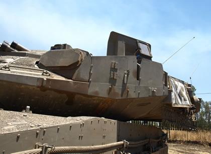 Điểm đặc biệt của Merkava Mark IV là chúng được thiết kế giáp theo kiểu module cho phép thay thế các module bị bắn hỏng một cách nhanh nhất. Các module này là loại giáp composite gốm lõi thép có khả năng kháng cự đạn xuyên giáp từ pháo tăng, tên lửa chống tăng, súng chống tăng. Các module giáp phủ kín toàn thân xe, tháp pháo ở mọi góc đem lại khả năng bảo vệ tuyệt vời.