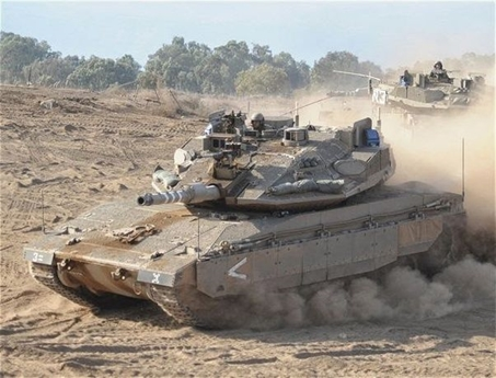 Merkava lần đầu xung trận trong cuộc chiến Lebanon 2006 cùng các thế hệ 2 Mk 2 và 3 Mk 3. Trong cuộc chiến này, tổng cộng có khoảng 50 chiếc Merkava bị trúng đạn gây thiệt hại, 21 chiếc bị bắn xuyên giáp (15 vì tên lửa và 6 vì mìn chống tăng). Trong số đó, đã ghi nhận 5-6 chiếc Mk 4 bị phá hủy bởi tên lửa chống tăng Kornet của Nga.