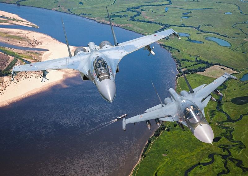 Theo phân tích của tạp chí Mỹ, dù từ trước đến nay, Nga và cả một số chuyên gia Mỹ khẳng định tiêm kích thế hệ 4++ Su-35 thừa sức đánh bại tàng hình cơ F-22, để kiểm chứng lại lời tuyên bố từ phía Nga, cần nhìn nhận kịch bản cuộc không chiến giữa những chiếc tiêm kích này theo một số khía cạnh.