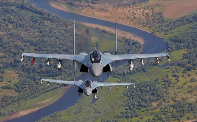 Còn trên F-22, Lockheed Martin từng tiết lộ rằng tùy từng góc độ nhưng diện tích phản xạ radar (RCS) của Raptor chỉ dao động quanh mức 0,0001 m2. Ngoài ra, máy bay còn được bao bọc bởi lớp sơn phủ đặc biệt có tác dụng hấp thụ 62% - 70% sóng radar của máy bay đối phương.