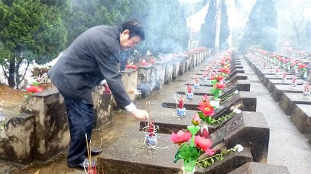 Nguyên Chủ tịch nước Trương Tấn Sang viếng liệt sĩ biên giới
