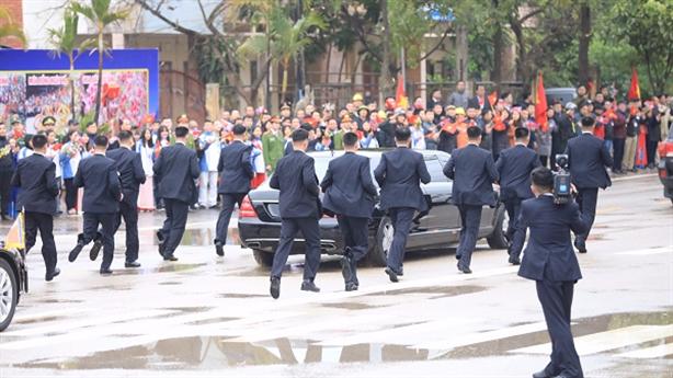 Ảnh đội cận vệ của Chủ tịch Kim chạy theo chuyên xa