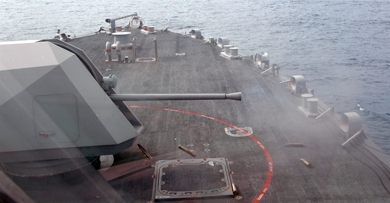 Toàn hệ thống pháo hạm Mk110 nặng 14 tấn, với tháp pháo được kết cấu góc cạnh giúp giảm đáng kể diện tích phản xạ sóng radar (RCS) qua đó tăng khả năng tàng hình cho toàn tàu. Pháo hạm được trang bị nòng pháo 57mm.