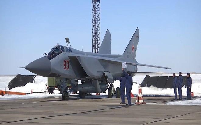 Căn cứ vào những thông tin thu thập được, tình báo Mỹ cho biết, Nga vừa vận chuyển khoảng 20 tên lửa siêu vượt âm Kinzhal tới một bãi thử nghiệm quân sự bí mật của nước này. Việc phóng thử loạt tên lửa này sẽ đánh dấu một mốc mới trong chương trình phát triển vũ khí siêu vượt âm của Nga.
