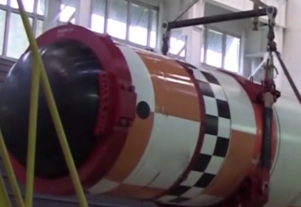 Nhưng sau đó, Phó Chủ tịch thứ nhất Học viện các vấn đề địa chính trị – Đại tá Hải quân đã nghỉ hưu Konstantine Sivkov lại cho rằng, các tàu ngầm Belgorod sẽ được trang bị vũ khí tầm xa và được dùng để chọc thủng hệ thống Phòng thủ tên lửa quốc gia NMD (National Missile Defense) của Mỹ.