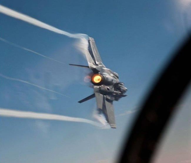 Tính từ lúc máy bay rơi tự do đến lúc máy bay lấy lại điều khiển chỉ mất không đến 10 giây.