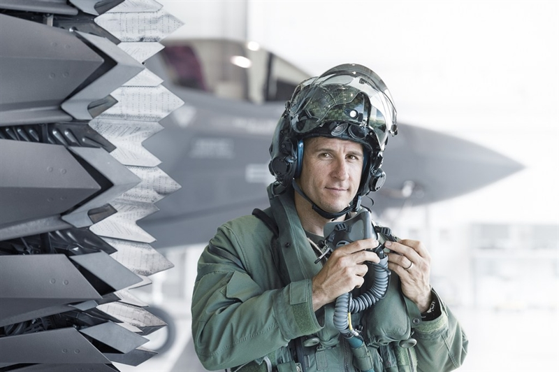 Sau đó, hệ thống Auto GCAS sẽ tự động điều khiển lấy lại thăng bằng cho máy bay và điều khiển máy bay lượn vòng bay lên.