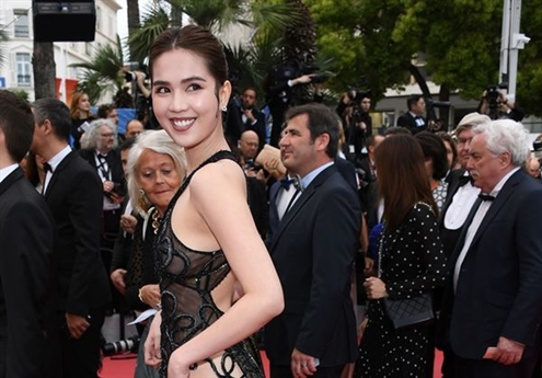 Ngay trước màn xuất hiện ấn tượng trên thảm đỏ, Ngọc Trinh cùng ông bầu Vũ Khắc Tiệp và một vài người đẹp đã xuất hiện trong một bữa tiệc có sự tham gia của nhiều ngôi sao thế giới.