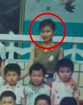 Hà Âm sinh năm 1967 tại Tứ Xuyên. Cô khởi nghiệp với công việc của một giáo viên mầm non trước khi lọt vào mắt xanh của một nhà tuyển trạch diễn viên. Cô từng bị bố mẹ hết mực phản đối quyết định thử sức với điện ảnh trước khi buông xuôi mặc con gái lựa chọn.