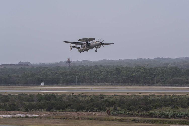 Thương vụ 9 chiếc máy bay E-2D Advanced Hawkey giữa Northrop Grumman và lực lượng JASDF được ký kết hồi tháng 11/2014. Để sở hữu phi đội E-2D Advanced Hawkeye, Nhật Bản phải bỏ ra số tiền lên tới hơn 3 tỷ USD.