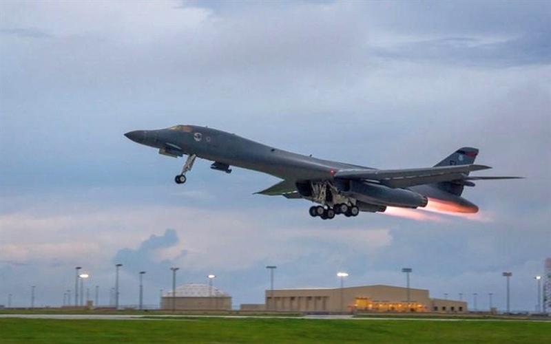 B-1B Lancer là máy bay ném bom chiến lược siêu âm cánh cụp cánh xòe; được thiết kế để tiêu diệt mục tiêu chiến lược của đối phương bằng cả vũ khí hạt nhân và thông thường, cũng như để yểm trợ lực lượng mặt đất. Biến thể đầu tiên của B-1 (B-1A) được dành để giáng đòn tấn công hạt nhân từ độ cao mà các phương tiện phòng không của đối phương không thể tiếp cận.
