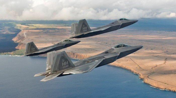 F-22 có 3 khoang vũ khí bên trong thân, trong đó có một khoang lớn dưới bụng và hai khoang nhỏ hai bên hông. Khoang lớn có thể mang theo 6 tên lửa không đối không tầm trung, 2 khoang nhỏ có thể mang theo một tên lửa không đối không tầm ngắn mỗi khoang - Tất cả đều là vũ khí đối không.