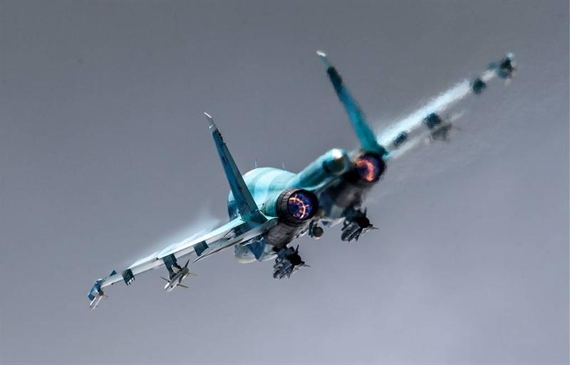 Trong giai đoạn thứ nhất phiên bản Su-34 được trang bị 6 loại vũ khí hàng không mới (ASP), trong số đó có các loại vũ khí tầm xa. Chúng được gọi là cánh tay dài. Để máy bay này có thể sử dụng các loại vũ khí hàng không mới, thì phiên bản mới cần phải nâng cấp các thiết bị điện tử trên chiếc máy bay Su-34.