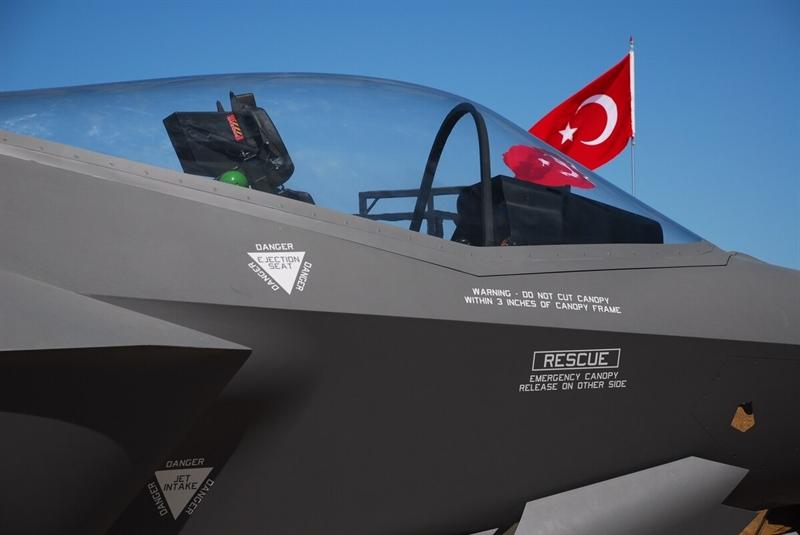 Thông tin được tiết lộ sau khi Lockheed Martin và Bộ Quốc phòng Mỹ vừa ký vào bản hợp đồng trị giá hơn 2,4 tỷ USD mua loạt linh kiện thay thế nguồn cung cấp từ Thổ Nhĩ Kỳ phục vụ việc phát triển tiêm kích tàng hình F-35.