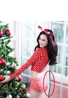 Angela Phương Trinh trước đó cũng khiến khung cửa bị kéo cong vì photoshop vòng ba của mình trong một tấm ảnh nóng bỏng đón giáng sinh.