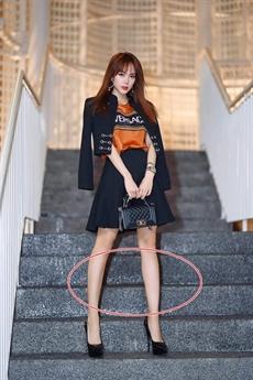Mới đây, Minh Hằng khoe tấm hình mới với thân hình thon gọn đặc biệt là đôi chân dài không kém người mẫu dù cô chỉ sở hữu chiều cao trên dưới mét 6. Thế nhưng, ngay lập tức nhiều người tinh ý phát hiện nữ ca sĩ photoshop quá đà khiến bậc thầm đã cũng có hình dạng bất thường theo đôi chân của cô.