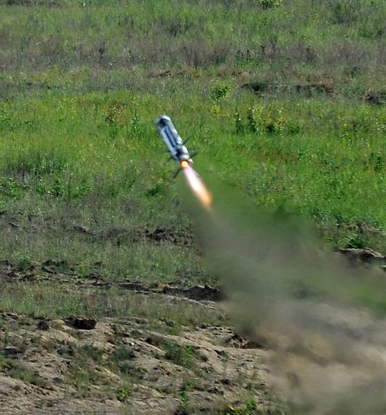 Lý giải cho điều này, một số chuyên gia cho rằng, nếu một chiếc bị bắn và bốc cháy sẽ tạo ra nguồn nhiệt lớn làm những quả đạn sau có thể bị thu hút và thay vì bắn vào mục tiêu tiếp theo, nó sẽ ngắm lại mục tiêu cũ. Tận dụng điểm yếu này, việc khiến Javelin lạc hướng không phải là chuyện quá khó với quân ly khai trên chiến trường.