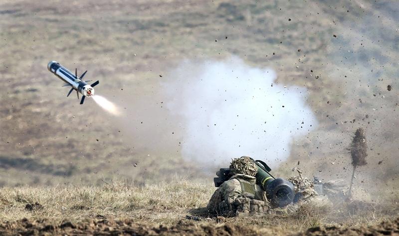 Nhược điểm đầu tiên của Javelin là toàn bộ hệ thống nặng chừng 22,3kg được cho là khá nặng với lính bộ binh trong hành quân chiến đấu. Do đó, sẽ rất khó khăn để vũ khí này tạo ra những cú đòn bất ngờ và linh hoạt trên chiến trường. Tồn tại thứ 2 cũng là tử huyệt của Javelin nằm ở đầu tự dẫn ảnh nhiệt. Trên chiến trường, nếu có 3 xe hoặc cả đội hình tăng cơ động, vũ khí chỉ có thể diệt chính xác được 1 chiếc.