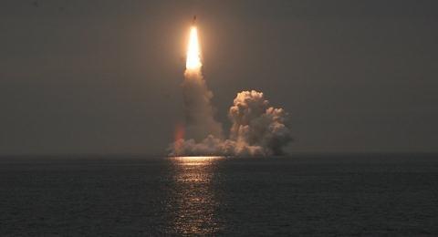Bài viết cho biết, ngay cả khi lực lượng hạt nhân Nga bị tấn công và thiệt hại lớn trong đợt tấn công chớp nhoáng đầu tiên thì biên đội tàu ngầm Borei với tên lửa R-30 Bulava vẫn đủ sức trả đòn và khiến toàn bộ nước Mỹ tê liệt.