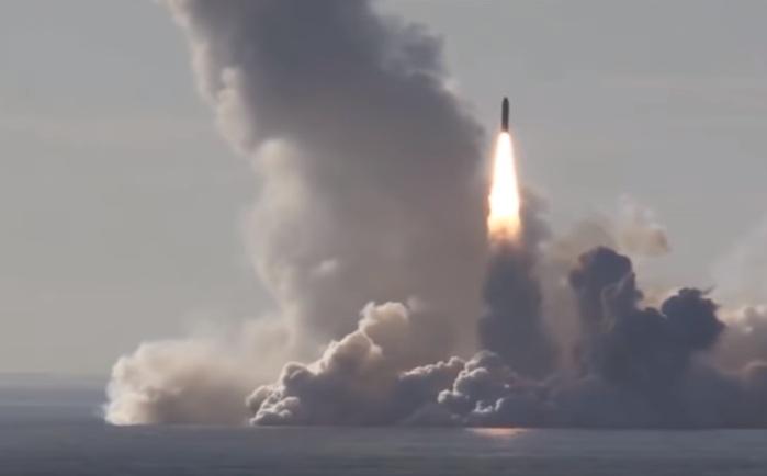 Nhận định trên được tạp chí Mỹ đưa ra khi so sánh tên lửa Trident IID5 trên tàu ngầm Mỹ và Bulava của Hải quân Nga. Hiện nay, tên lửa SLBM Trident IID5 có CEP thấp nhất - chỉ khoảng 100m, trong khi đó thì Bulava của Nga hơn gấp đôi - khoảng 250m. Cùng với độ chính xác cực cao, Trident IID5 cũng đứng thứ hai về cự ly phóng, chỉ sau tên lửa Sinheva của Nga.