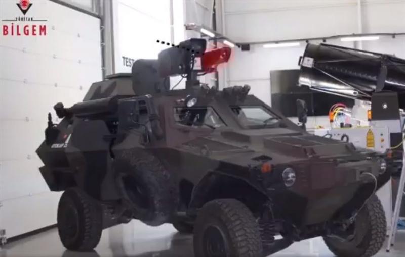 Hệ thống vũ khí năng lượng cao laser là sản phẩm của Trung tâm nghiên cứu thông tin và an ninh thông tin của Thổ Nhĩ Kỳ (Tubitak Bilgem) và đã được giới thiệu bởi Ban quản lý ngành công nghiệp quốc phòng (SSM).