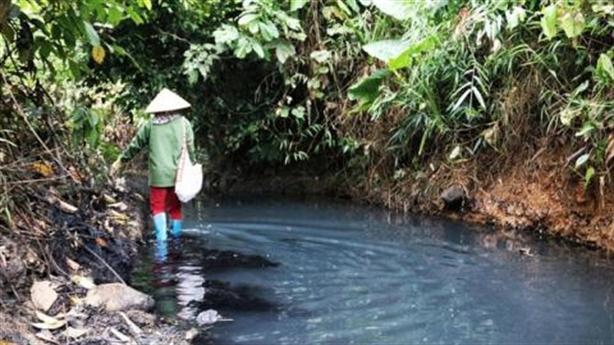 Điểm bất thường vụ đổ dầu thải vào nguồn nước Sông Đà