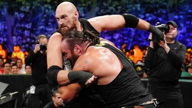 Võ sĩ boxing hạ gã khổng lồ WWE bằng...cú đấm uy lực