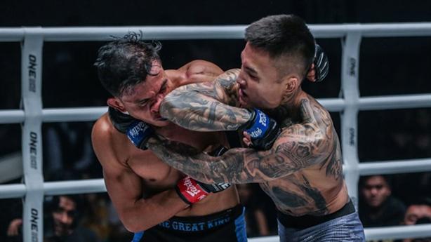 'Đại vương' MMA bị knock-out bằng hai đòn đấm