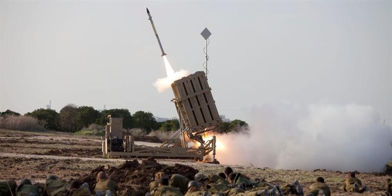 Theo trang AMN và Avia, tình trạng tác chiến yếu kém của cả hệ thống phòng thủ Israel vừa qua đã được giải thích một cách khá hợp lý. Hóa ra từ lãnh thổ Syria, các hệ thống tác chiến điện tử (EW) công suất lớn đã phát động tấn công áp chế.