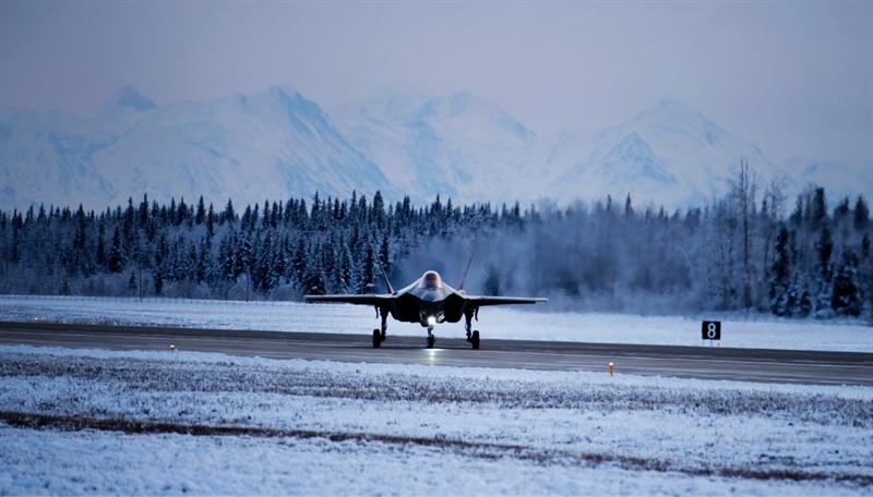 Theo kế hoạch vừa được Không quân Mỹ công bố, sẽ triển khai số lượng lớn tiêm kích F-35A đến căn cứ Eielson ở Alaska với mục đích ngăn Nga bành trướng tại Bắc Cực. Căn cứ Eielson sẽ nhận được 3 phi đội chiến đấu cơ F-35A nhằm củng cố sức mạnh cho phi đội chiến đấu cơ F-16 đang triển khai tại đây. Những chiếc F-35A đầu tiên sẽ có mặt tại Eielson từ đầu năm 2020.