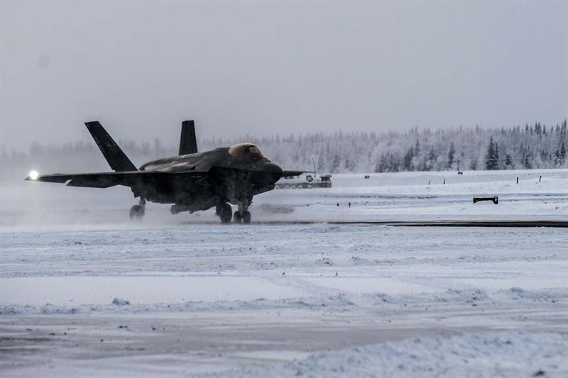Cụ thể, trong hầu hết các cuộc thử nghiệm ở điều kiện băng giá (tương tự tại Bắc Cực), F-35A đều bị băng phủ kín. Điều này cho thấy một thực tế, chiến đấu cơ tàng hình này bị vô hiệu khi được điều đến Bắc Cực. Để khắc phục tạm thời, Mỹ phải dùng loại hóa chất làm tan băng phủ lên lớp vỏ để chống băng tuyết bám vào vỏ máy bay khi hoạt động trong mùa Đông.