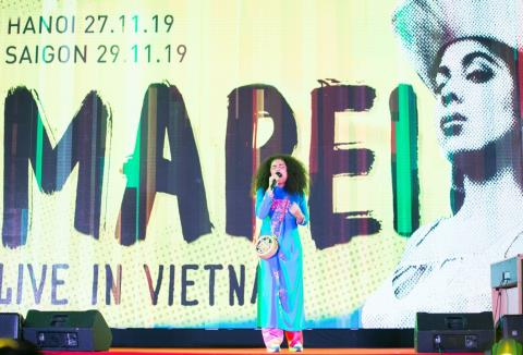 'Nu hoang Indie Pop&Soul' Thuy Dien mac ao dai live tai VN