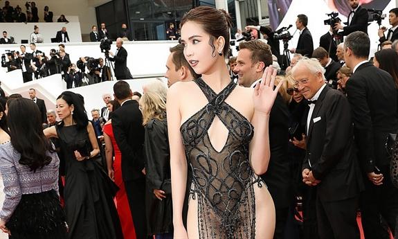 Đỉnh điểm nhất trong những lần gây tranh cãi về trang phục là bộ váy \
