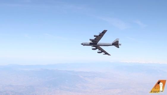 Quyết định trang bị lại vũ khí cho máy bay B-52H là bước đi đã được tính toàn ký của Lầu Năm Góc bởi với những công nghệ từ thập kỷ 1970 của B-52H, máy bay này không còn thích hợp trong chiến tranh hiện đại và B-52 có rất ít cơ hội sống sót trước các tổ hợp tên lửa phòng không của đối phương.