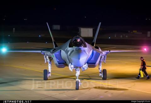 Nhận định trên được tạp chí Mỹ đưa ra khi nói về khả năng của F-35A của Mỹ và phiên bản xuất khẩu cho Israel là F-35I, vấn đề đặc biệt nghiêm trọng khi Không quân Israel quyết định trang bị cho toàn bộ F-35I thùng nhiên liệu cỡ lớn bên ngoài - loại có thể chứa tới 1930 lít.