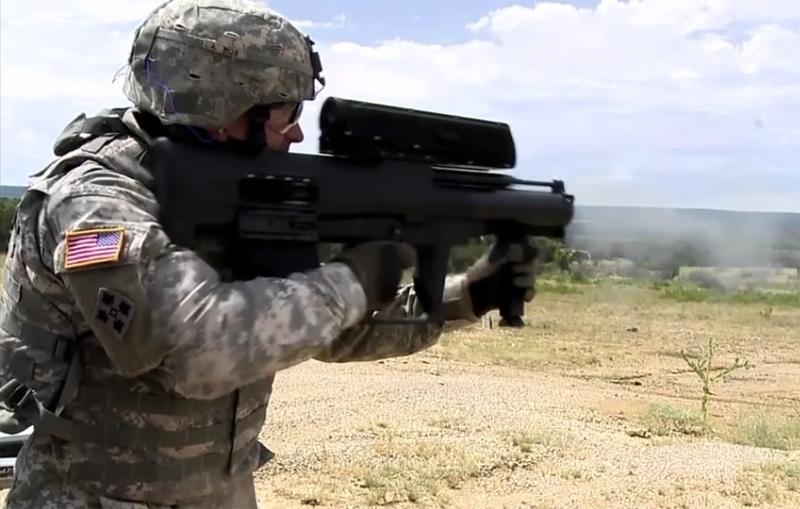 Và để xác định khoảng cách tới mục tiêu, xạ thủ chiếu máy đo khoảng cách bằng tia laser gắn trên súng đến bất cứ vị trí nào được xác định là có kẻ thù đang ẩn nấp.