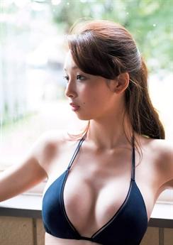 Asuka Hanamura chính thức gia nhập vào làng giải trí Nhật Bản từ năm 2017, khi cô vừa tròn 18 tuổi.