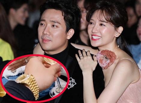 Cách đây ít ngày, Hari Won cũng khoe  chiếc đồng hồ mạ vàng thuộc thương hiệu nổi tiếng thế giới, có giá hơn 1 tỉ đồng dành tặng cho ông xã Trấn Thành.
