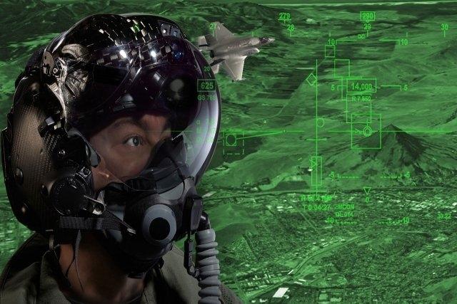 Giới chuyên gia cho rằng, với những tình huống tương tự, chiếc mũ nặng khoảng trên 2kg này có thể khiến phi công gãy cổ, chưa kể phần kính của mũ còn có thể bịt mắt phi công. \