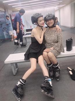 Trong một lần đi chơi cùng gia đình, Nhã Phương để lộ thân hình gầy gò cùng đôi chân gầy tong teo của mình.