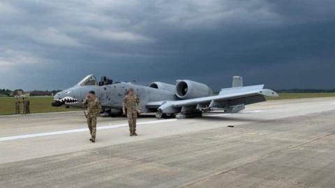 A-10 mai nhan ten lua AGM-65 Maverick khi tiep dat bang bung