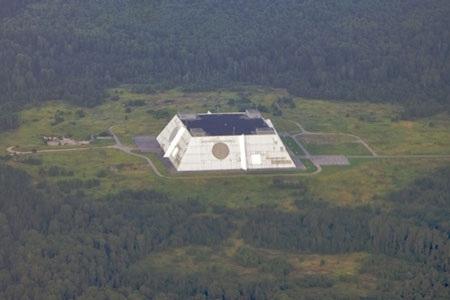 Bản đồ quét không gian của radar Don-2N. Các dữ liệu này được bắt bằng hệ thống các ăng-ten mạng pha dài 16 mét được treo trên trạm hình kim tự tháp cao 45 mét, dài và rộng 100 mét. Trạm này cũng tương tác với hệ thống tháp phân tích các sóng điện tử ở bước nhỏ Fryazino.