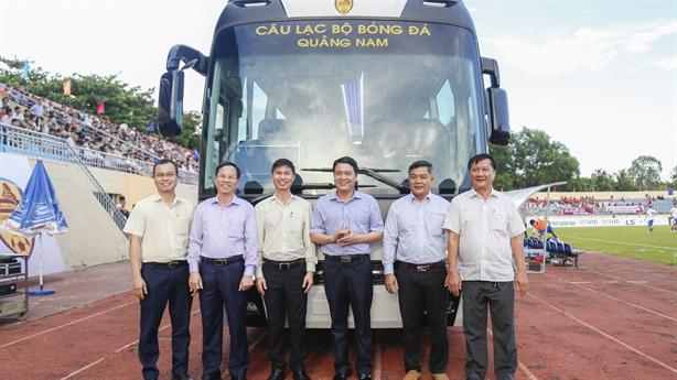 THACO tặng CLB bóng đá Quảng Nam xe bus 47 chỗ